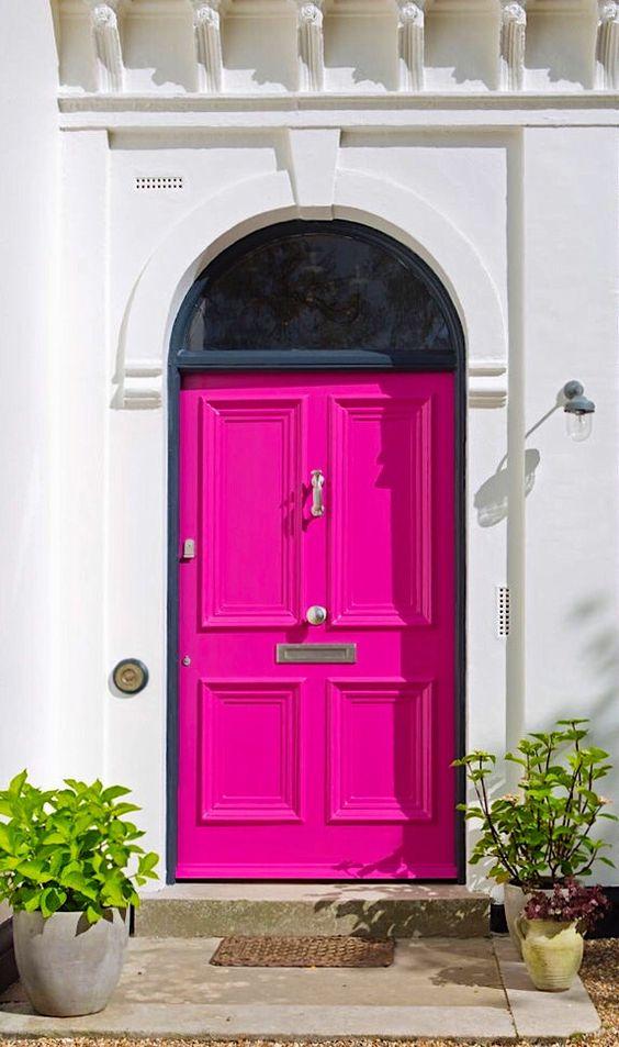 porta de casa na cor fúcsia