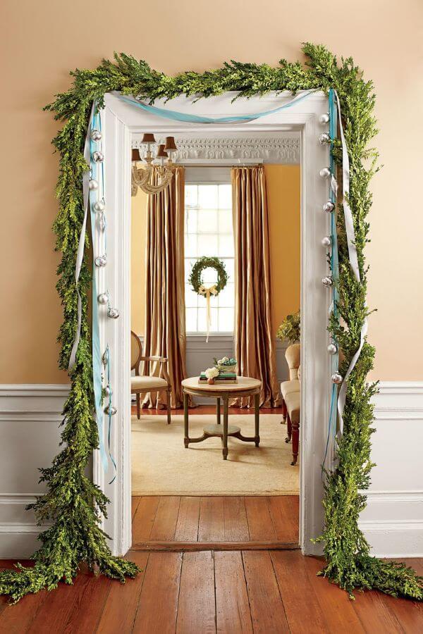 porta da sala pode ser decorada com plantas para sua decoração de natal para sala ficar ainda mais bonita