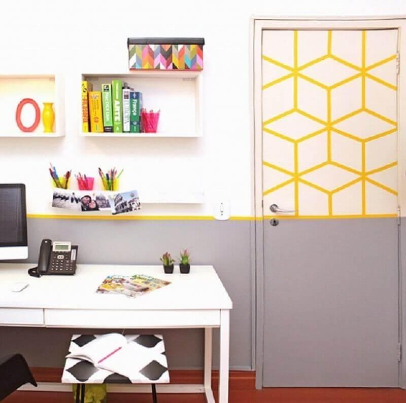 porta decorada com fita isolante colorida Foto Vivianne Pontes