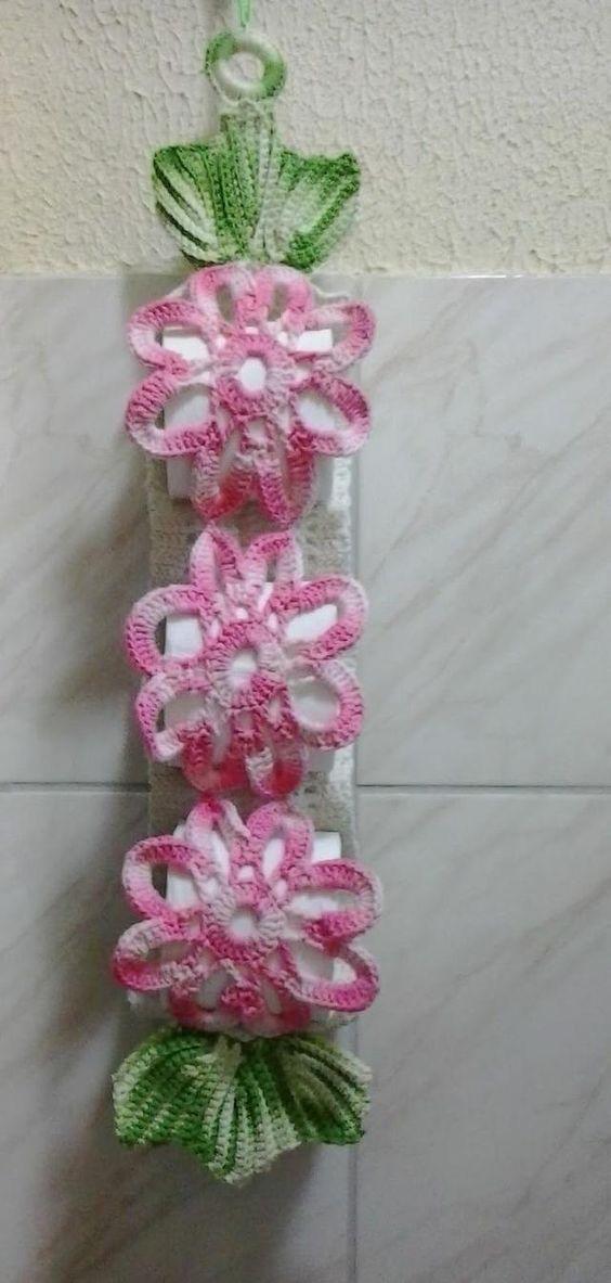 Porta papel higiênico de crochê em formato de flores