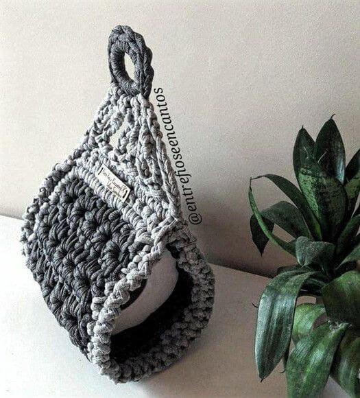 Porta papel higiênico de crochê simples em tons de cinza