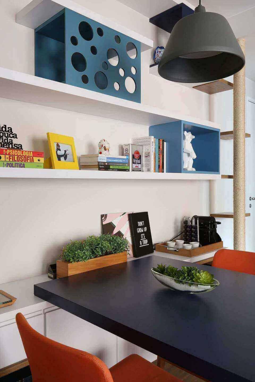 prateleiras com nichos de madeira azuis
