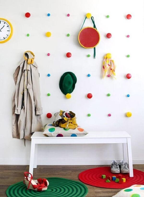 Gancho de parede redondo colorido anima o quarto infantil