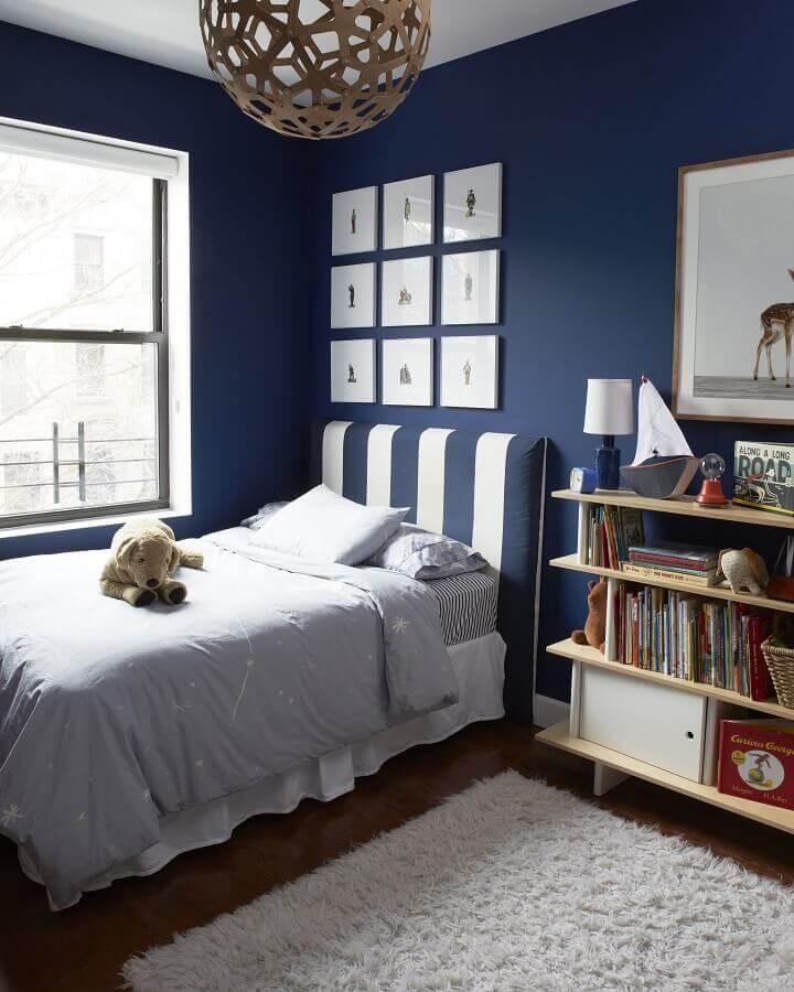 quarto azul marinho com quadros decorativos e cabeceira estofada listrada Foto Kate S Jordan
