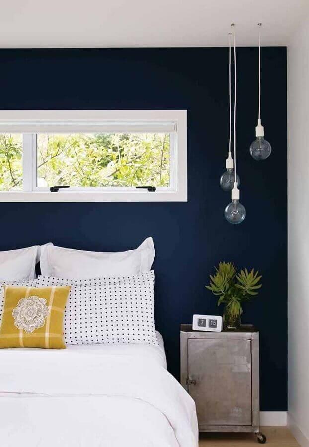 quarto azul marinho e branco decorado com pendentes minimalistas Foto Maison Gabriele