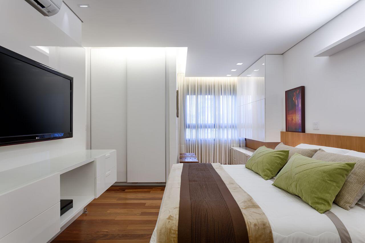 quarto com cabeceira de madeira e rack suspenso branco