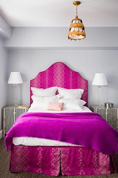 quarto com cama fúcsia