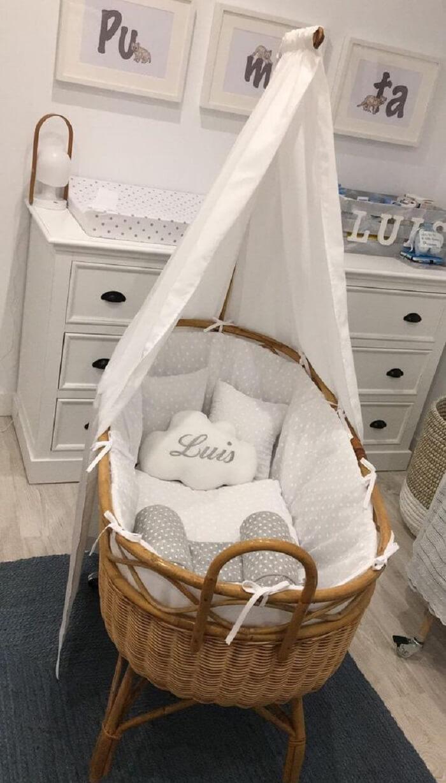 Quarto de bebê com decoração clean e berço de vime
