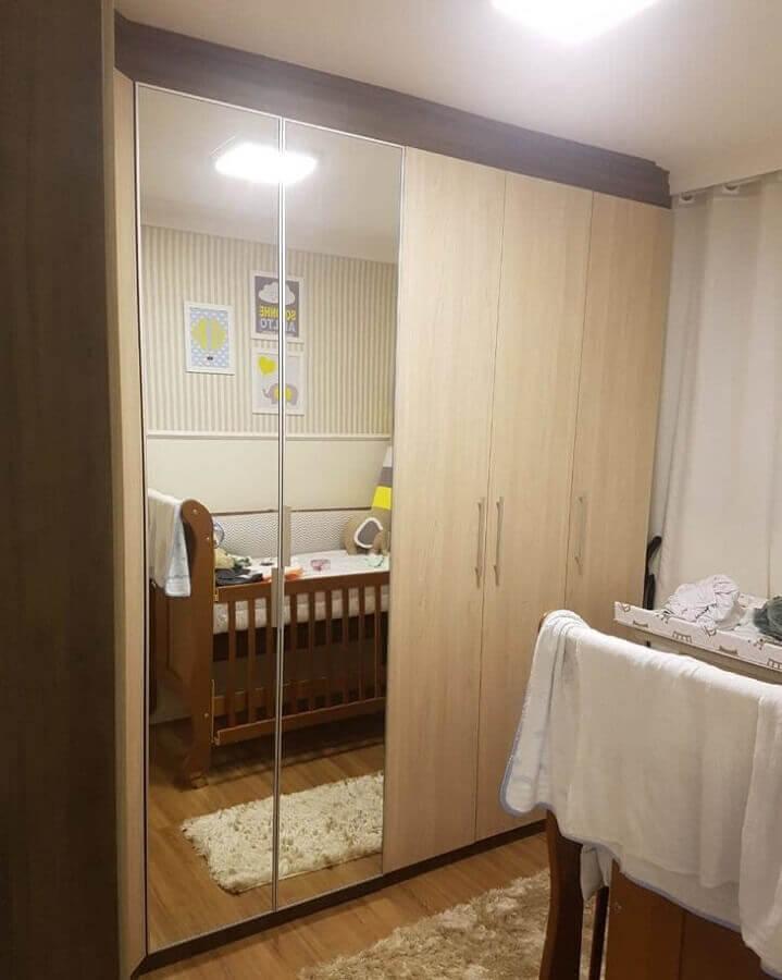 quarto de bebê decorado com guarda roupa de madeira com espelho Foto Decorplan Furniture Marcenaria