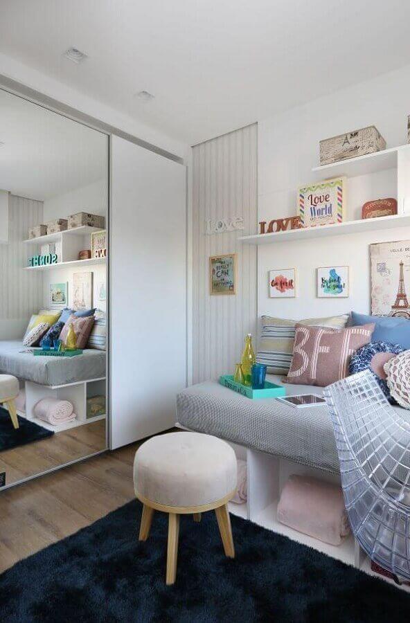 quarto decorado com tapete azul marinho e guarda roupa espelhado Foto Lucia W Juniski