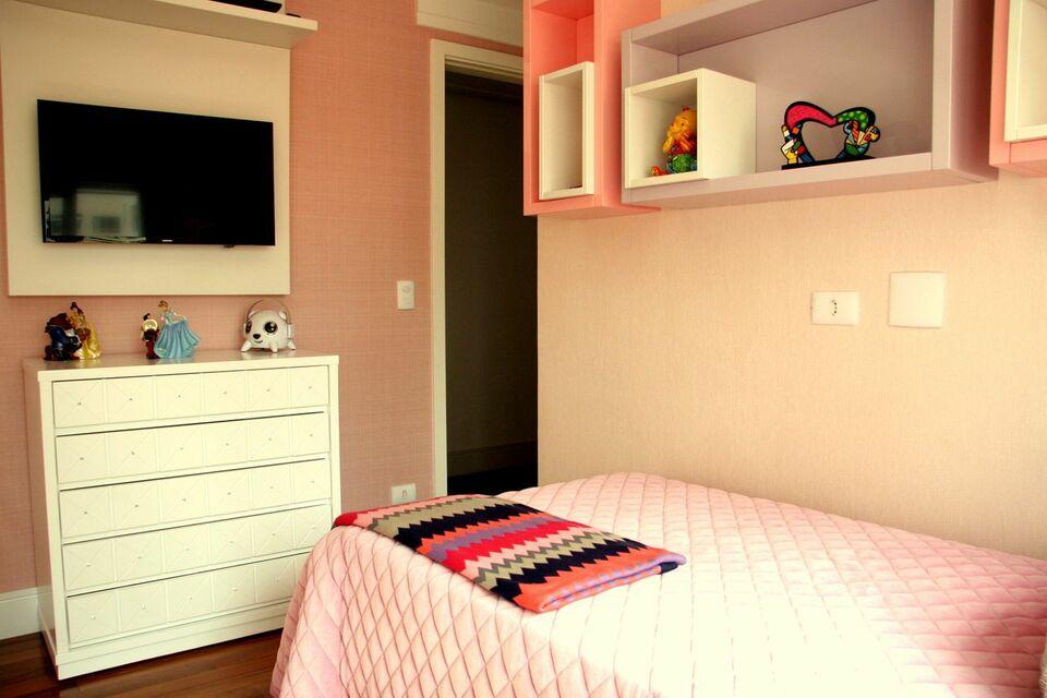 quarto infantil com nichos de madeira rosa e branco
