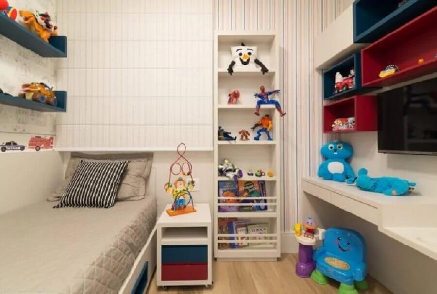 quarto infantil decorado com papel de parede listrado colorido Foto Pinterest