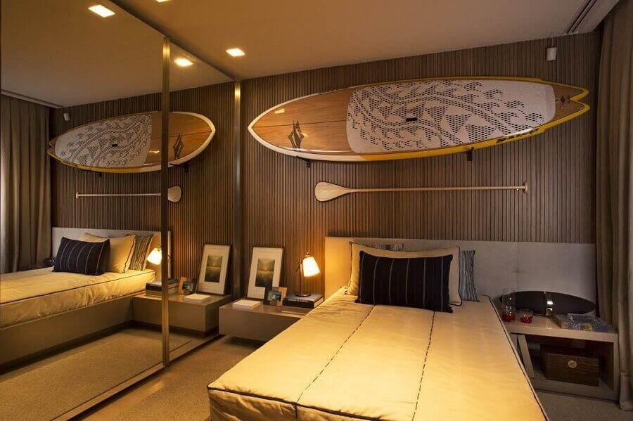 quarto moderno decorado com revestimento em madeira e guarda roupa grande com espelho Foto Ornare