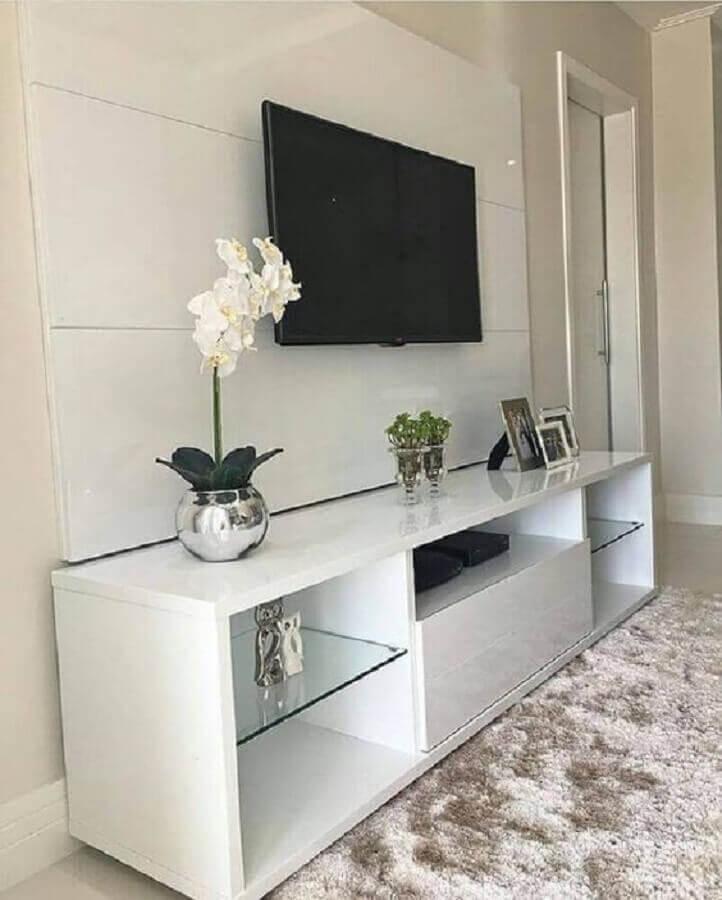 rack com painel para sala pequena decorada com tapete felpudo Foto Pinosy