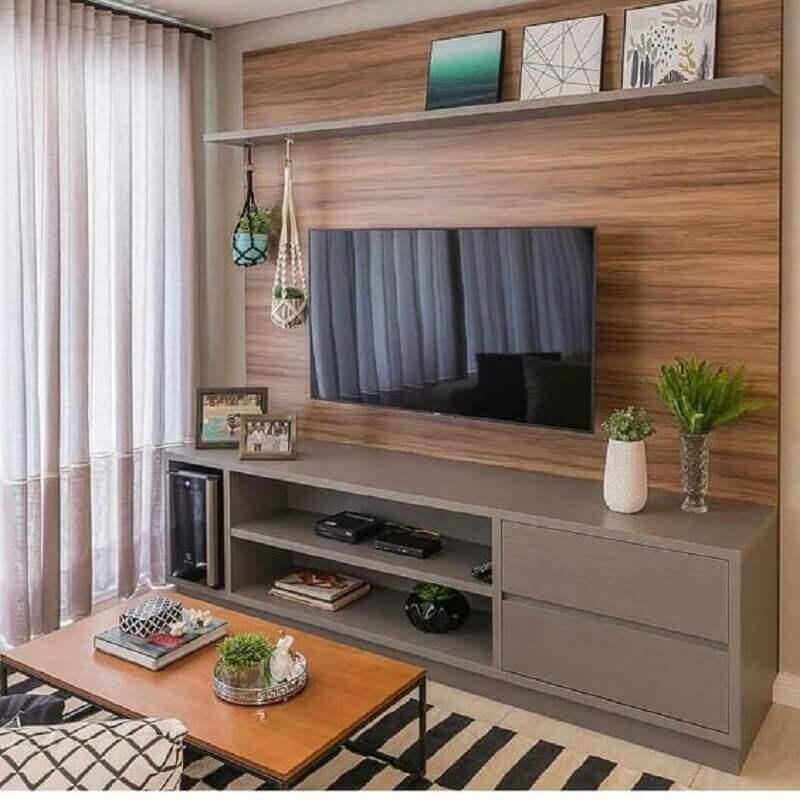 rack com painel para sala pequena decorada com tapete listrado Foto Dicas Decor