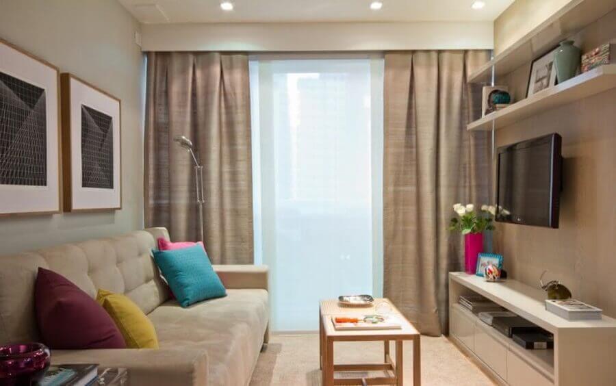 rack para sala pequena decorada em tons neutros com almofadas coloridas Foto Viviana Reis Design de Interiores