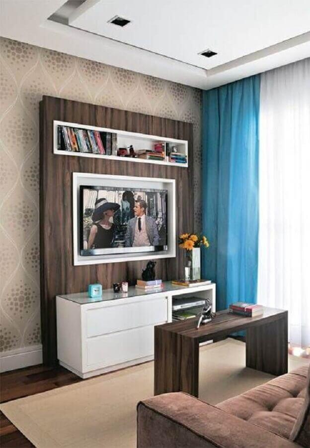 rack pequeno para sala pequena decorada com cortina azul Foto Webcomunica