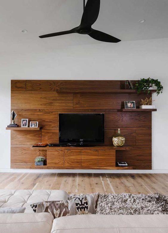 rack suspenso com painel, armários e prateleiras em madeira