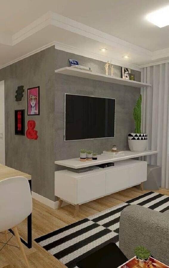 rack suspenso para sala pequena com parede de cimento queimado e tapete listrado Foto Decoração de Casa