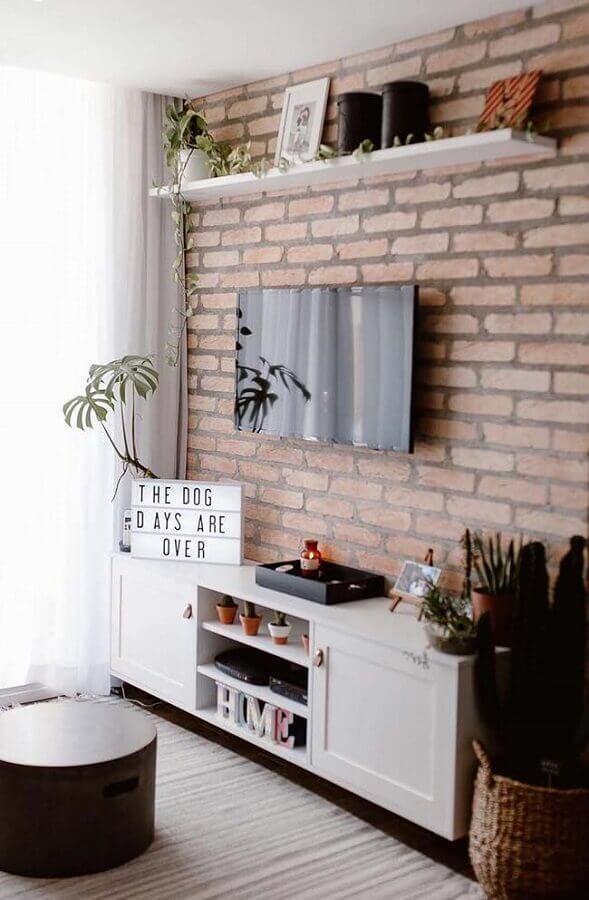 rack suspenso para sala pequena decorada com parede de tijolinho Foto Pinosy