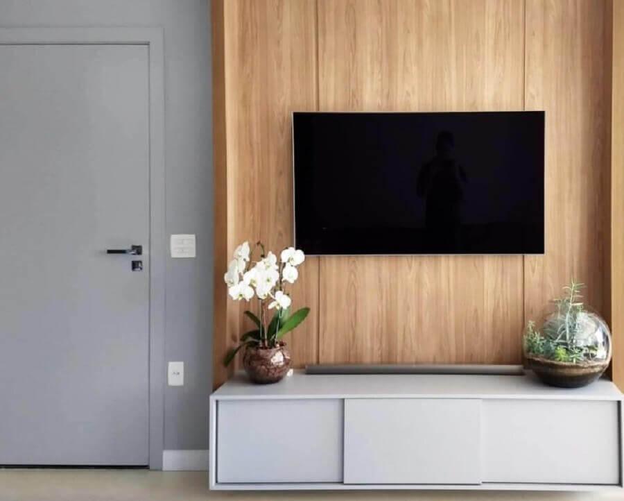 rack suspenso para sala pequena e moderna com painel de madeira Foto Blog da Giovanna