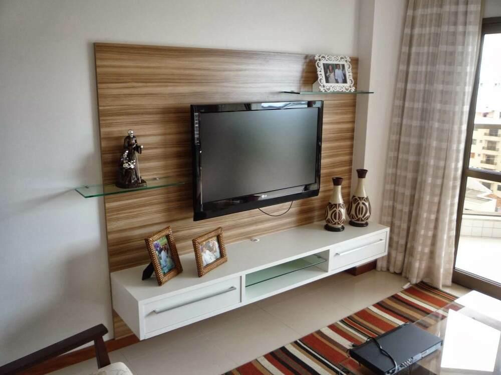 rack suspenso simples em sala com tapete listrado