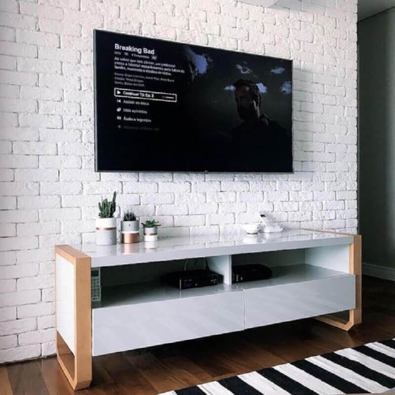 racks modernos para salas pequenas com parede de tijolinho Foto Artcom Móveis Planejados