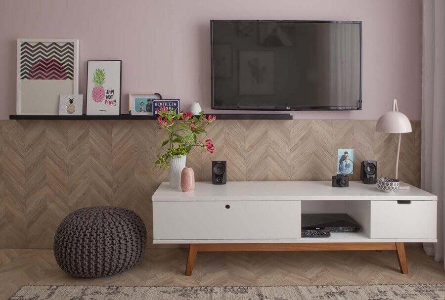 racks modernos para salas pequenas decorada com puff redondo de crochê Foto Greenbelt Bowl