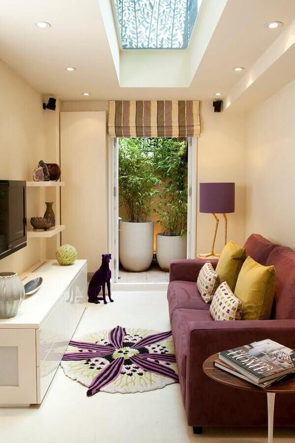 racks modernos para salas pequenas decorada na cor roxa e bege Foto Artemis