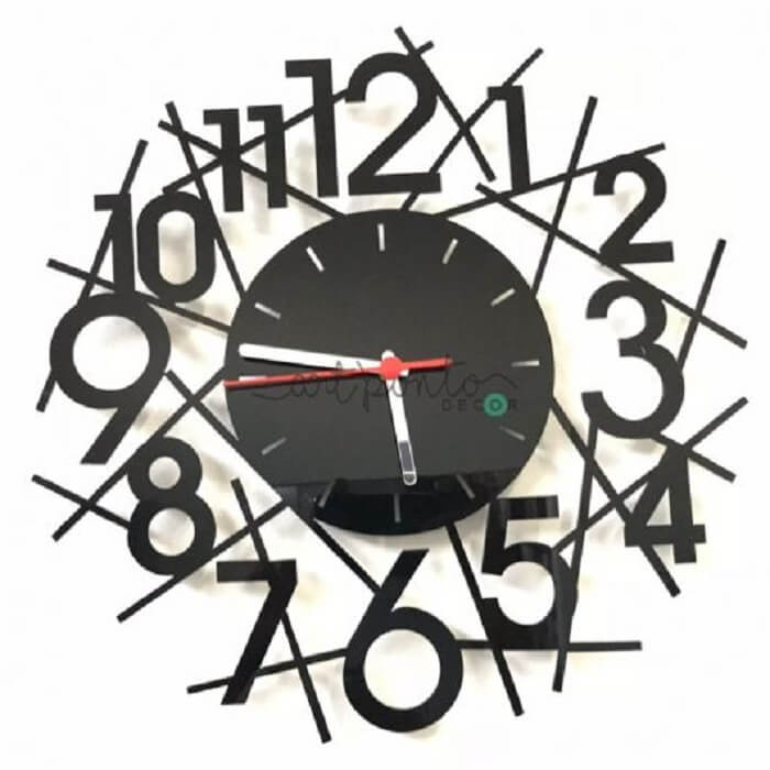 Relógio de parede com numeral irregular