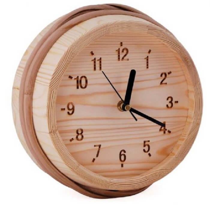 Relógio de parede feito em madeira