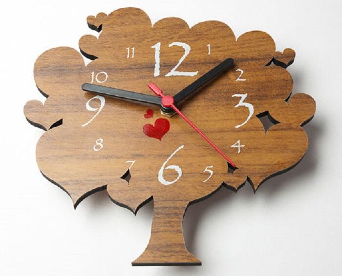 Relógio de parede feito em madeira com formato de árvore