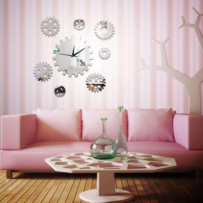 Relógio de parede feito em formato de engrenagem