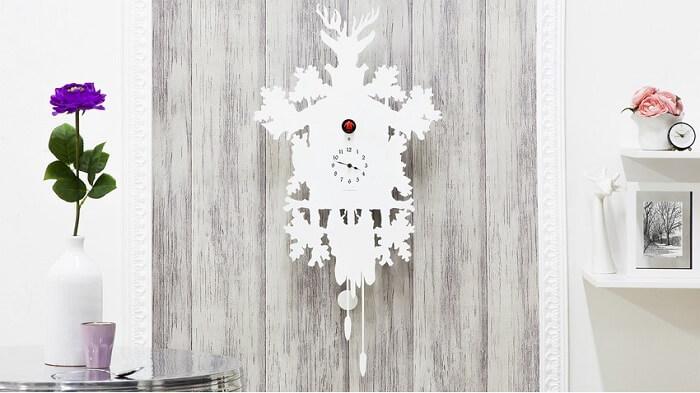 Relógio de parede cuco branco feito em madeira