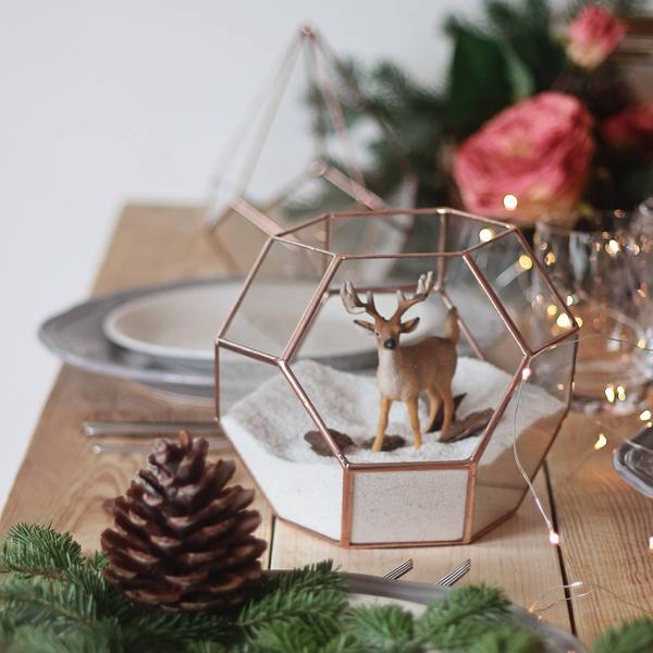Rena em globo geométrico para usar na decoração de natal para sala de estar