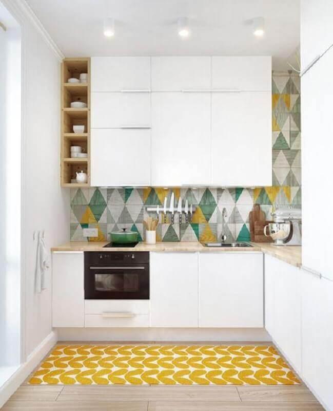 revestimento colorido para cozinha amarela e branca com bancada de madeira clara Foto Pinterest