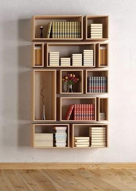 rodapé de madeira crua e nichos de madeira