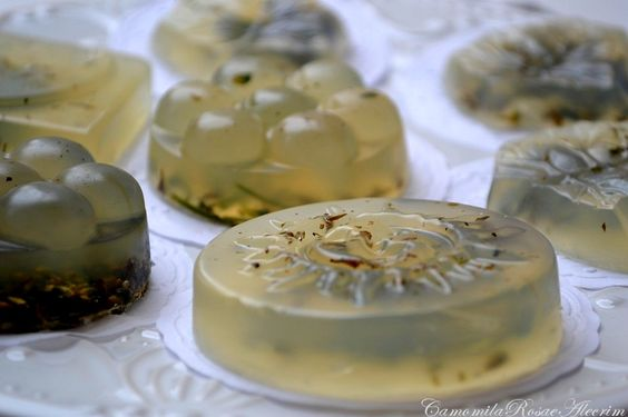 Como fazer sabonete artesanal com camomila, rosa e alecrim