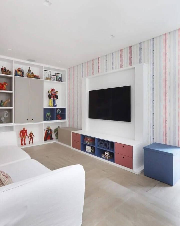 sala branca decorada com estante de nichos e papel de parede listrado Foto WVS Arquitetura