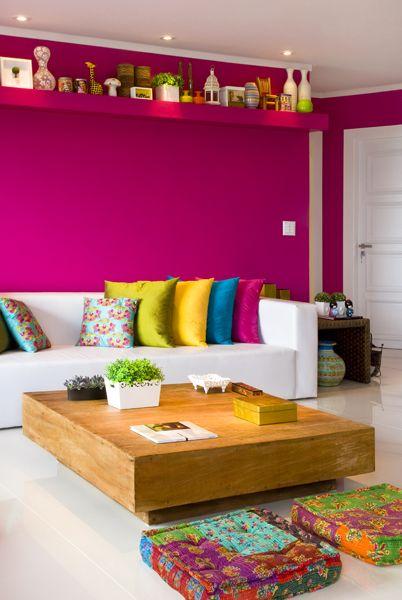 Sala colorida com parede rosa fúcsia