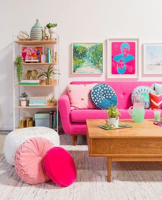 Sala colorida com sofá fúcsia