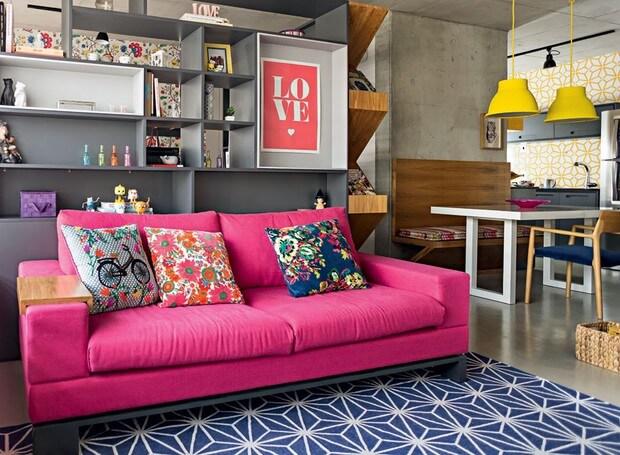 sala de estar colorida com o sofá rosa fúcsia