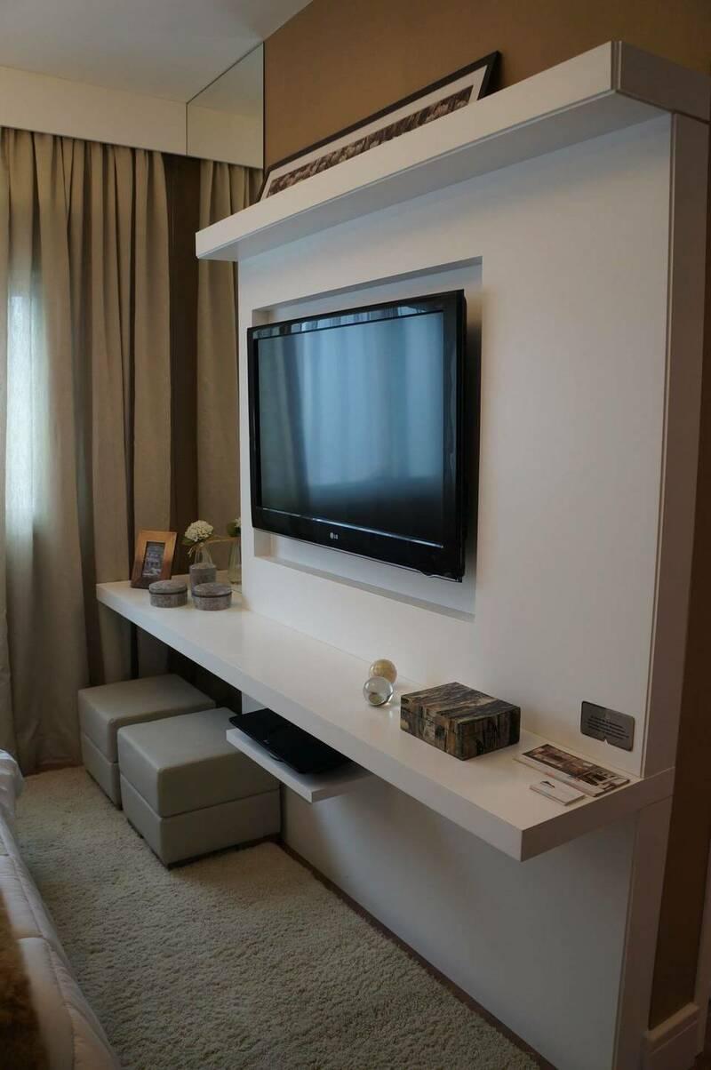 sala de TV com rack suspenso e painel de madeira branco