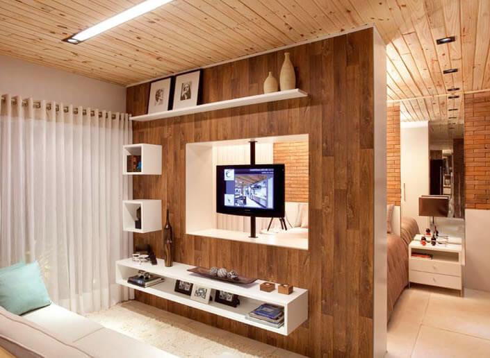 sala de com meia parede de painel e rack suspenso