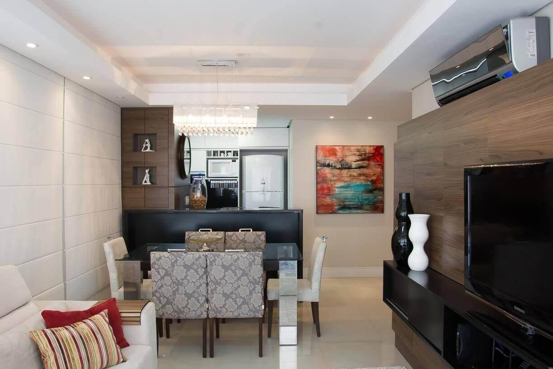 sala de estar associada à de jantar com rack suspenso preto