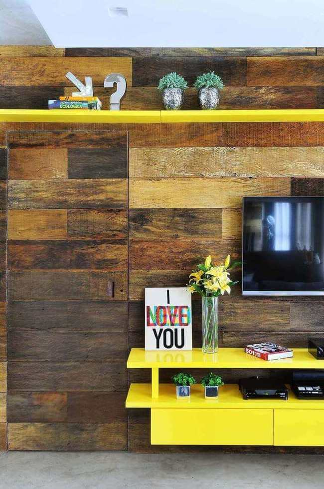 sala de estar com rack suspenso amarelo