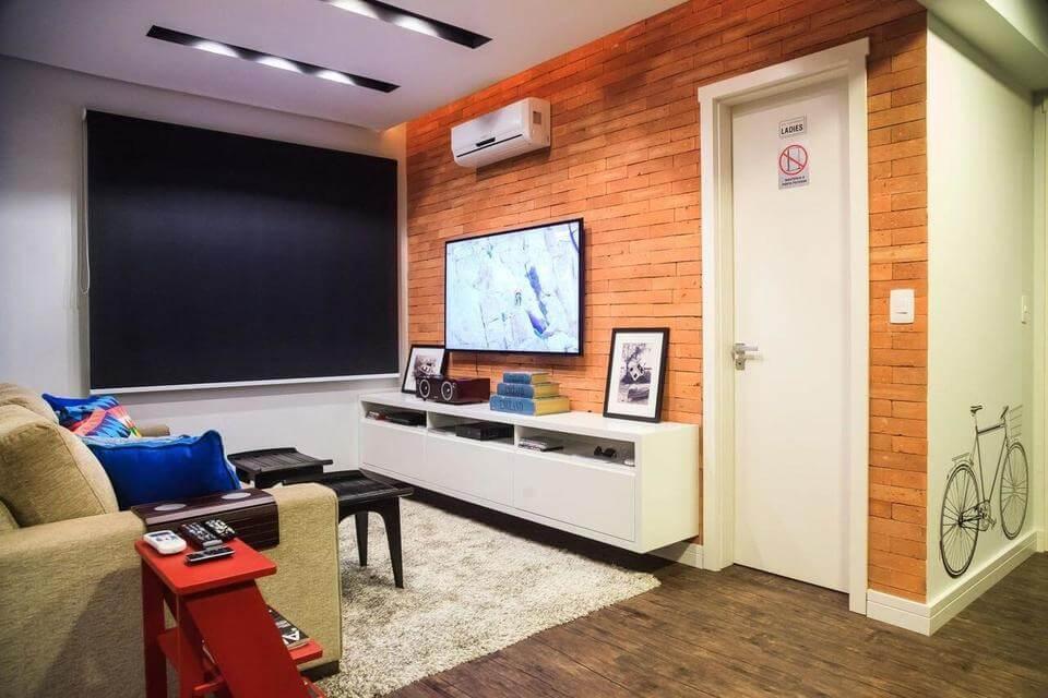 sala de estar com rack suspenso baixo branco