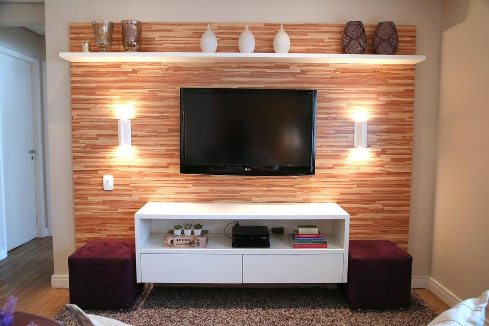 sala de estar com rack suspenso e painel para televisão