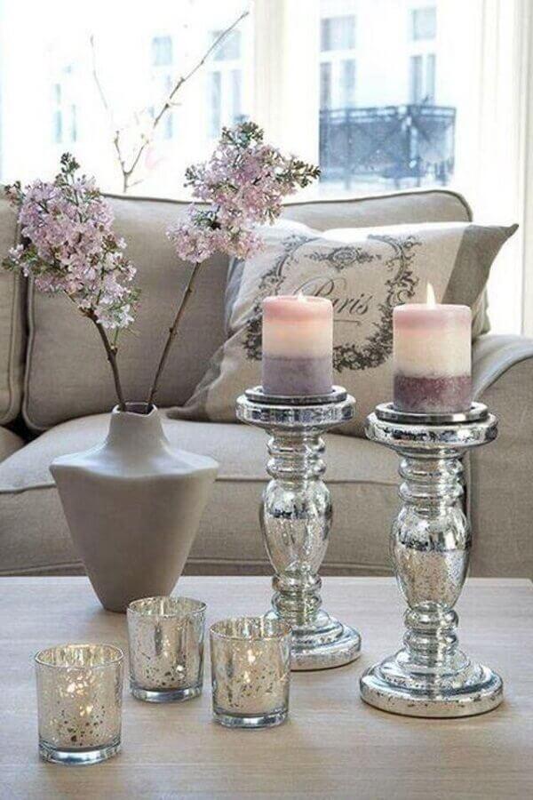 sala de estar decorada com castiçal prata Foto SweetyHomee
