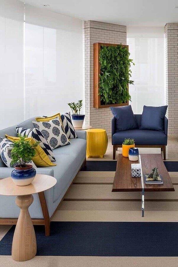 sala de estar decorada com tapete listrado e poltrona azul marinho Foto Pinterest